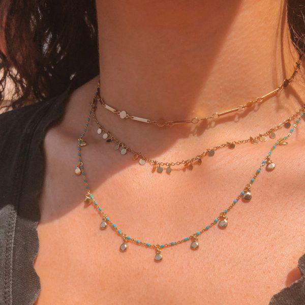collier-perles-resine-turquoise-plaque-or-jaune